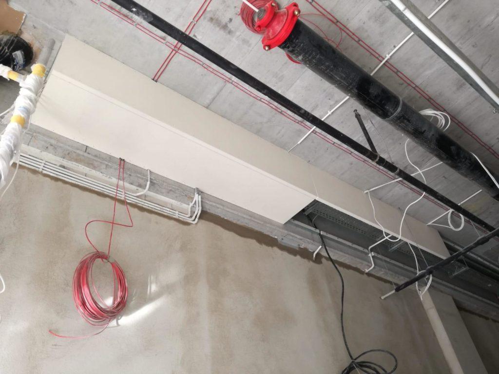 Zdjęcie w trakcie wykonywania obudowy trasy kablowej do EI60 za pomocą płyty PROMATECT L-500 gr. 40 mm