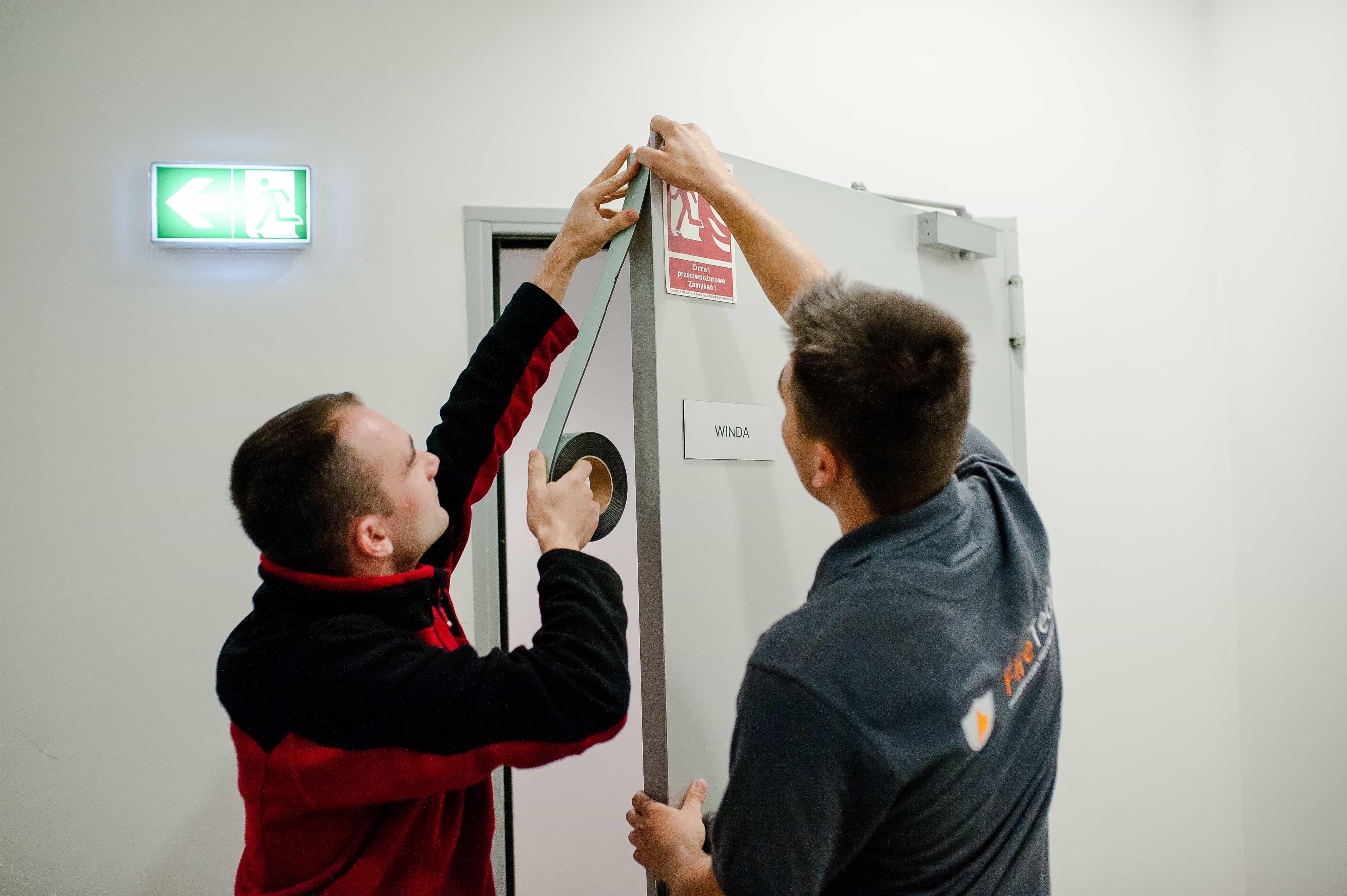 Serwisanci przy pracy - drzwi przeciwpożarowe