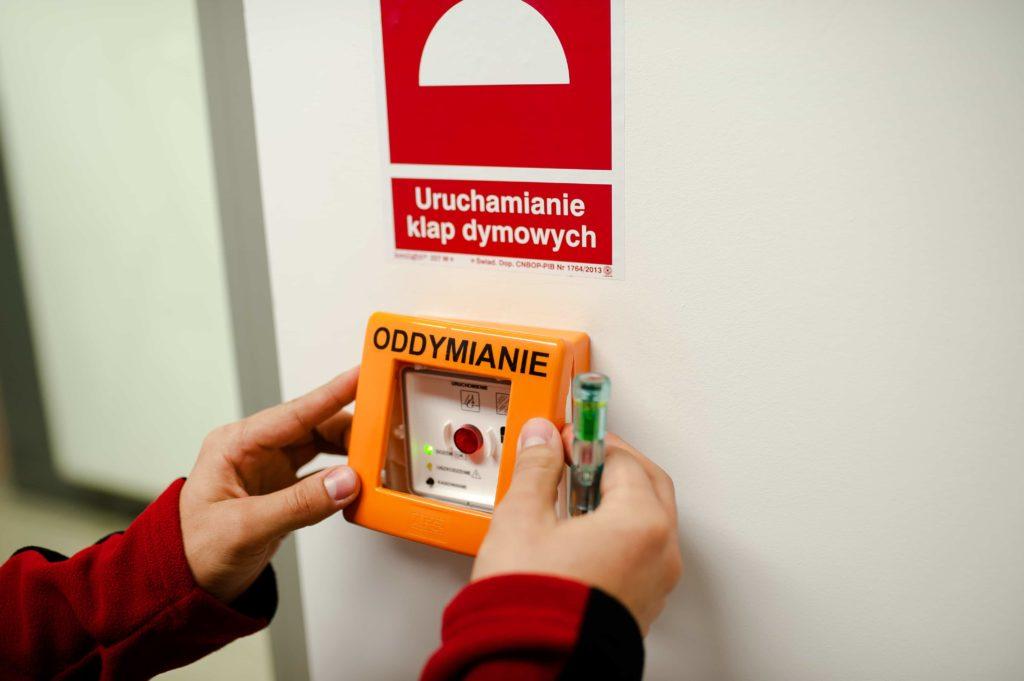 Instalacja systemu oddymiania - przycisk klap dymowych