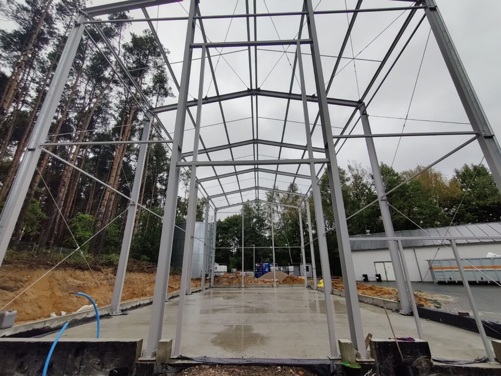 łówna konstrukcja nośna hali wykonana z profili IPE 300