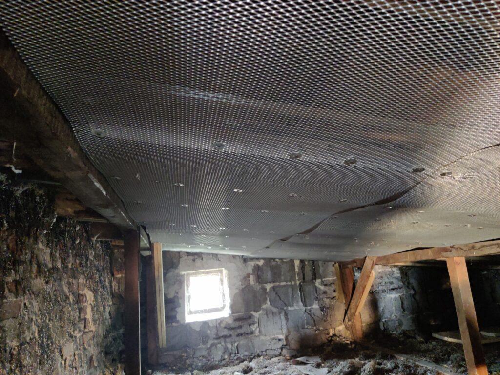 Zabezpieczenie ogniochronne drewna wykonano za pomocą membrany natrysku ogniochronnego na siatce cięto-ciągnionej.