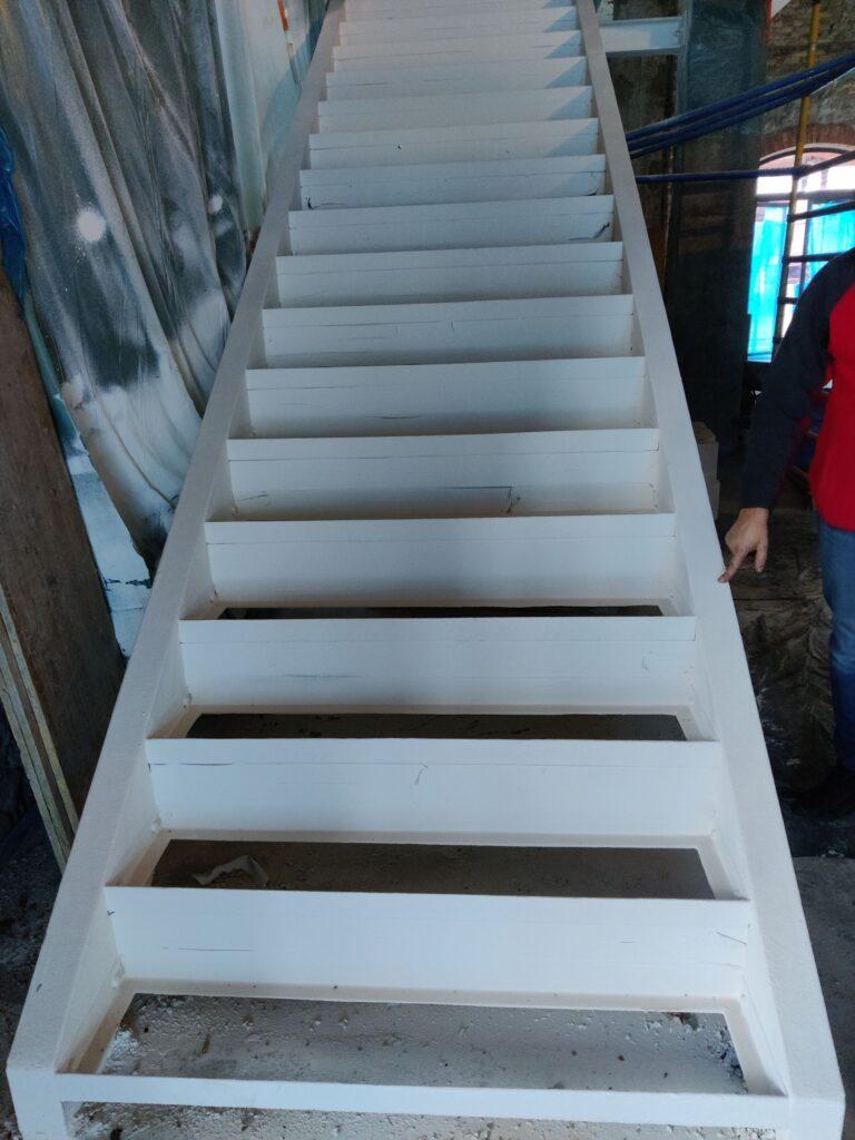 Przedmiotem prac było również zabezpieczenie konstrukcji nośnej schodów stalowych.