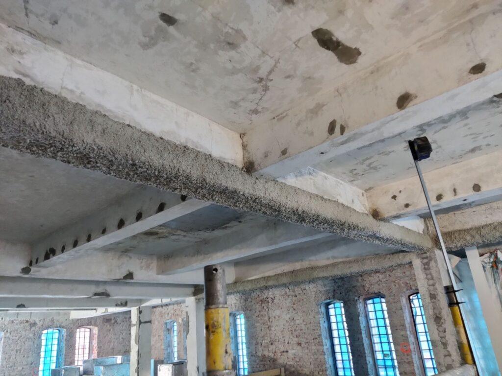 Słupy wzmocnionej kątownikami oraz przewiązane blachami zabezpieczono do klasy R120 farbą pęczniejącą PPG Steelguard 851