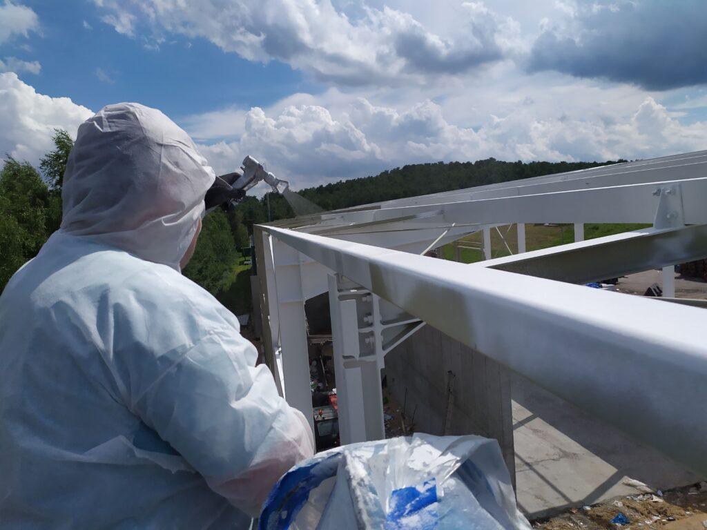 Stal zabezpieczoną antykorozyjnie malowano metodą hydrodynamiczna po złożeniu konstrukcji.